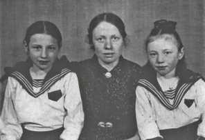 Амосова П.В. с детьми Александрой и Лидией